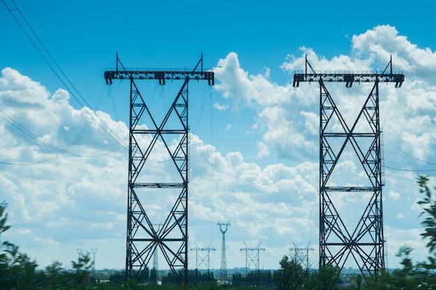 Linhas de energia elétrica sobre o céu azul claro