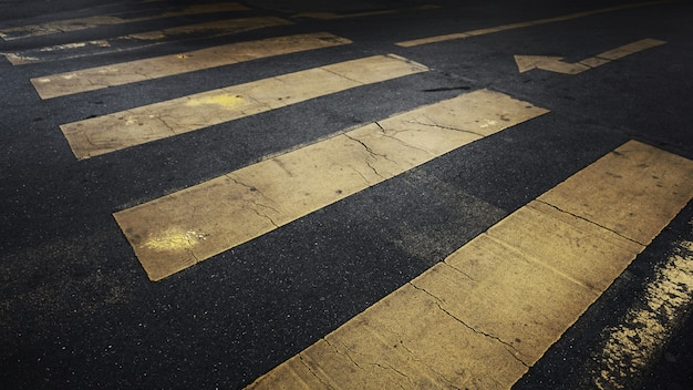 Linhas de faixa de pedestres de grunge amarelo