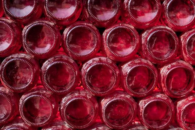 Linhas de garrafas de vinho tinto