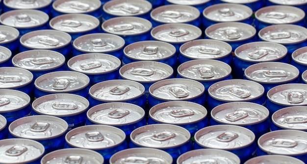 Linhas de latas de cerveja