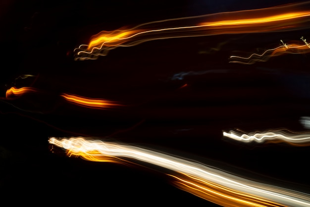 Linhas de luz dos faróis do carro.