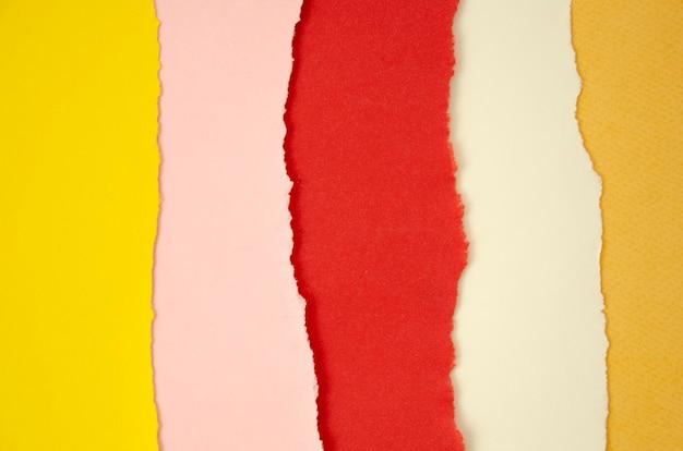 Linhas de pilha de papel colorido rasgado