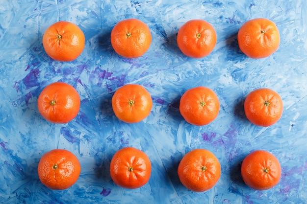 Linhas de tangerinas em azul
