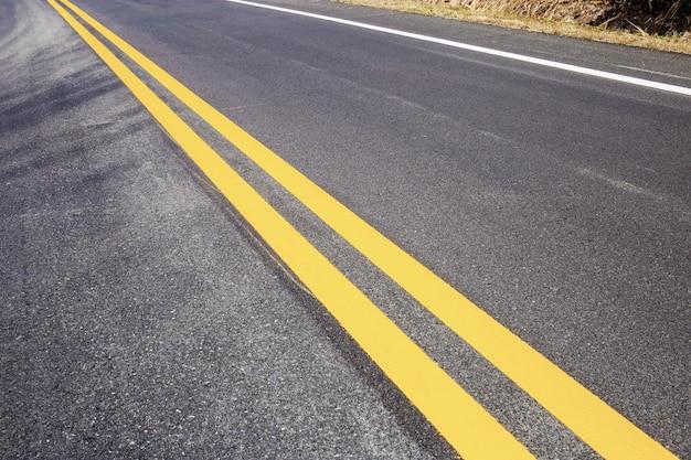 Linhas de tráfego nas estradas.