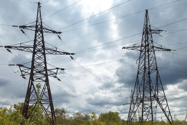 Linhas de transmissão elétrica de alta tensão.