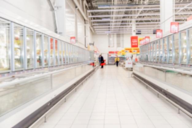 Linhas de vitrines de alimentos congelados em um grande supermercado.
