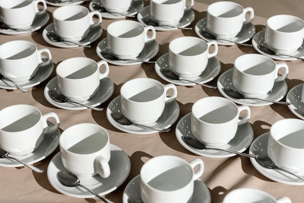 Linhas de xícaras de café vazias