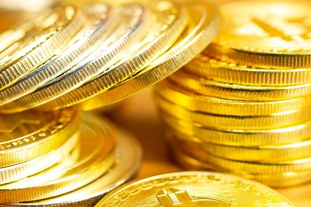 Linhas e pilhas de moedas de criptomoeda na mesa de madeira.