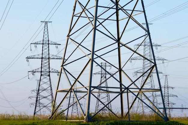 Linhas elétricas contra o céu