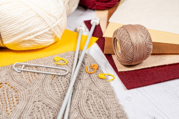 Linhas em bobinas. bobinas coloridas para bordados tricô acessórios de passatempo criatividade. plano de fundo para o site