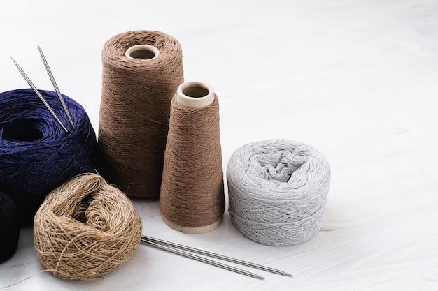 Linhas multicoloridas de fios de lã italiana, raios.
