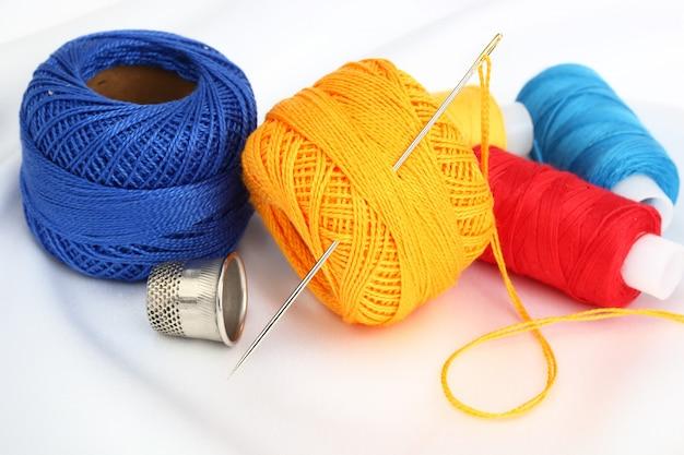 Linhas multicoloridas para costurar em uma composição em um espaço em branco