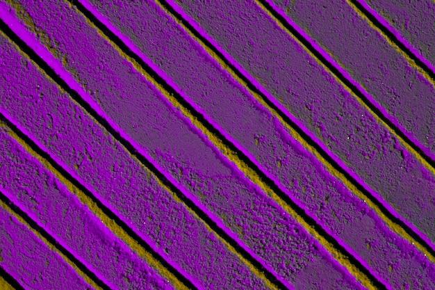 Linhas oblíquas na areia violeta