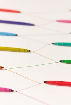 Linhas pintadas com marcadores coloridos em papel branco