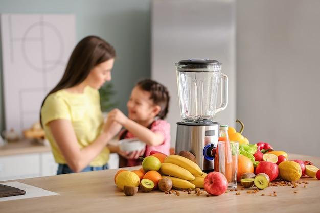 Liquidificador e ingredientes para smoothie na mesa da cozinha