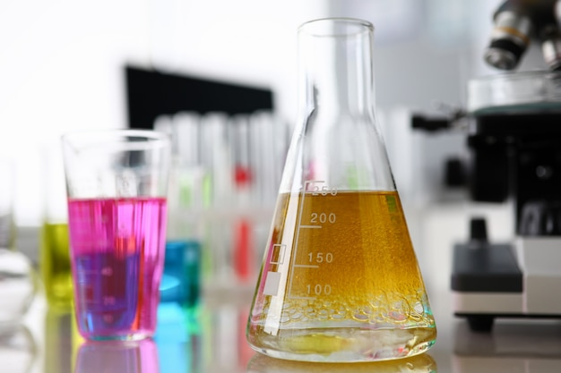 Líquido brilhante em frascos médicos