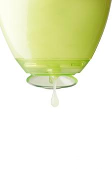 Líquido cosmético derramando da garrafa isolada