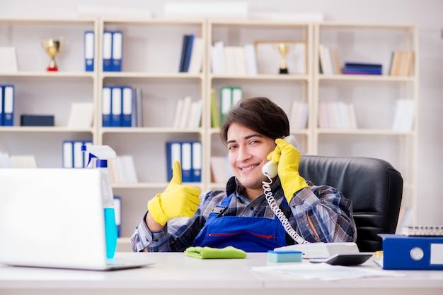 Líquido de limpeza masculino que trabalha no escritório