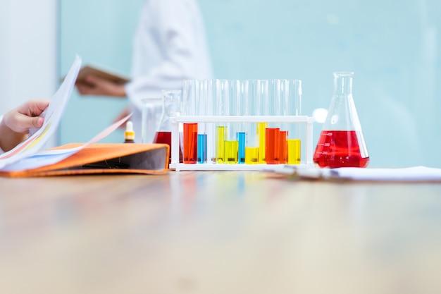 Líquidos em laboratório para experimento