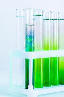 Líquidos verdes em tubos de ensaio
