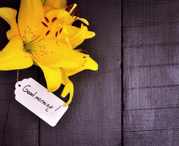 Lírio amarelo e uma etiqueta de papel
