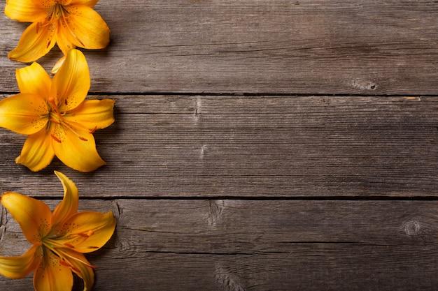 Lírio laranja em fundo de madeira