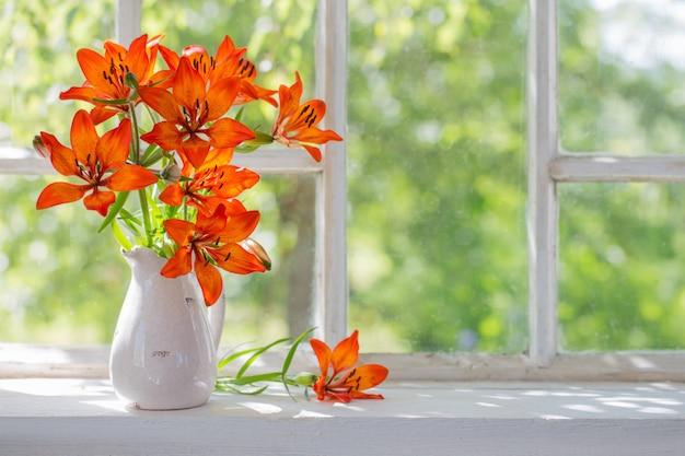 Lírio laranja no peitoril da janela