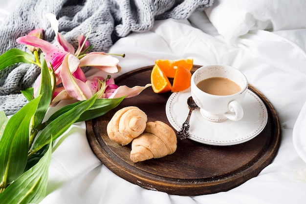 Lírios rosa e xícara de café