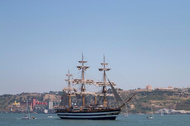 Lisboa, portugal: 25 de julho de 2016 - a raça alta dos navios é um evento náutico grande onde os navios majestosos grandes com velas são apresentados ao público para a visitação.