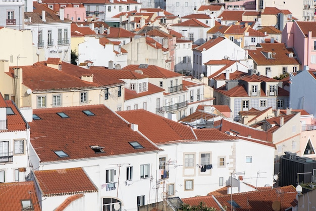 Lisboa, portugal, cidade sobre o distrito de alfama na luz do dia