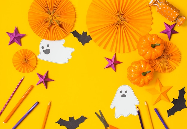 Liso do ofício de papel de halloween. vista superior da mesa de arte sazonal de crianças. conceito de artesanato de crianças.