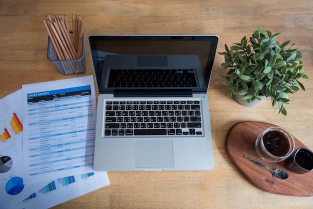 Liso liso notebook computador laptop na mesa do escritório não há maquete de gráfico gráfico de pessoas de negócios