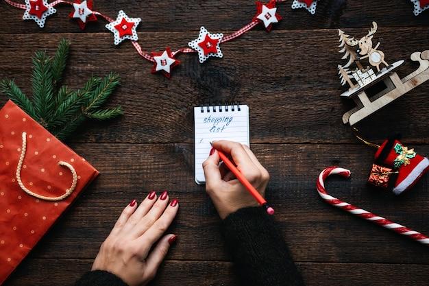 Lista de compras de natal compras de natal no orçamento natal dicas para economizar dinheiro mãos femininas com
