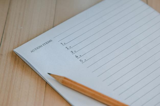 Lista de itens de ação escrever no caderno e no lápis