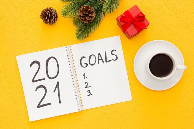 Lista de metas de ano novo, decorações de natal e caderno isolado
