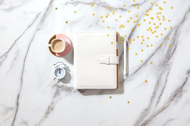 Lista de metas de resolução de ano novo - mesa de escritório de negócios com caderno sobre lista de planos de novos