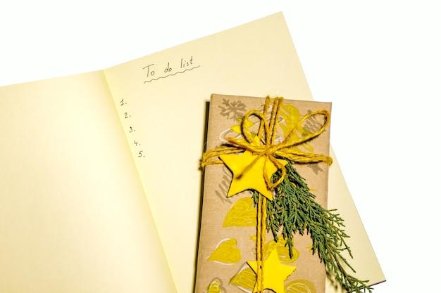 Lista de natal para fazer com decorações de natal amarelas isoladas no fundo branco.