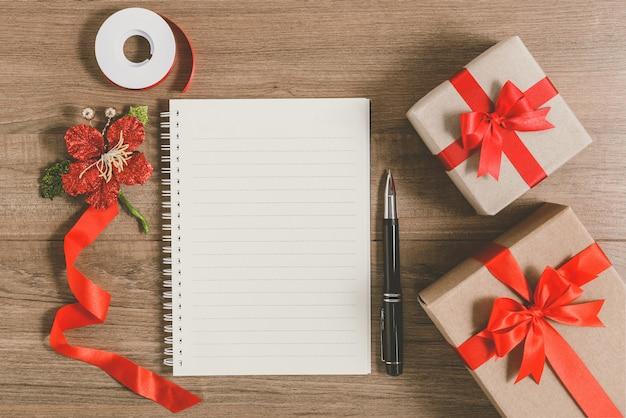 Lista de objetivos de ano novo, escrita no caderno com caixa de presente