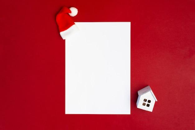 Lista de papel branco para texto em fundo vermelho com decoração de natal