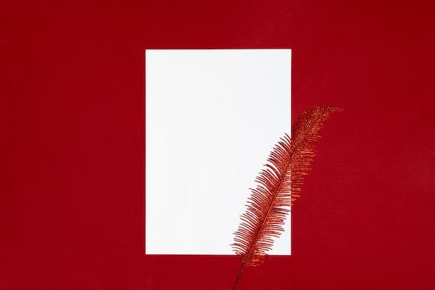 Lista de papel branco sobre fundo vermelho com fundo de penas brilhantes.