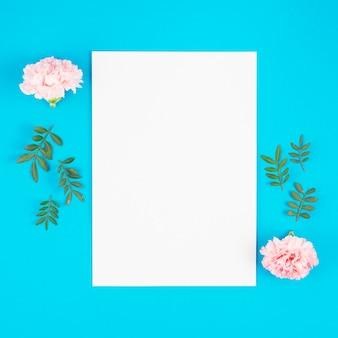 Lista de papel com flores no fundo brilhante