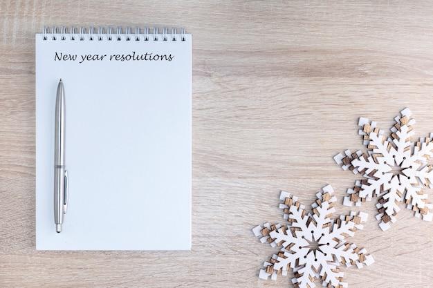 Lista de resolução de ano novo com decoração na mesa. conceito de planejamento.