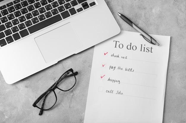 Lista de tarefas com laptop em cinza