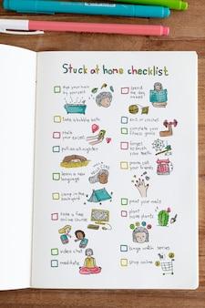 Lista de verificação presa em casa em um caderno