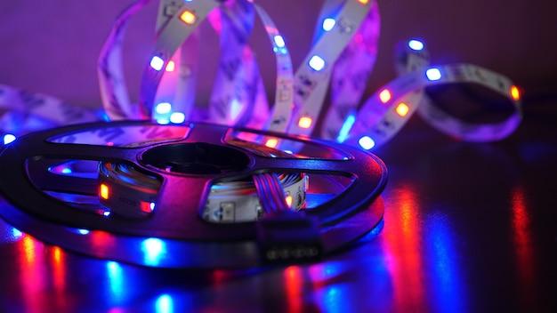 Listra led e bobina de diodo - luz roxa em fundo preto