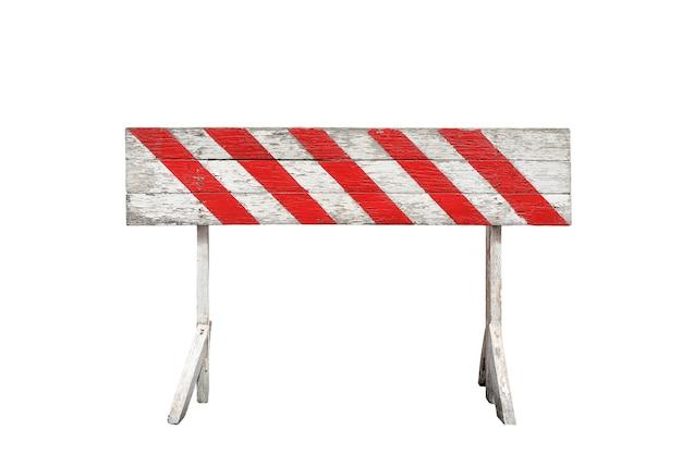 Listrado vermelho e branco na barreira do painel de madeira, isolada no fundo branco. sinal de proibição pintado em prancha de madeira e suporte