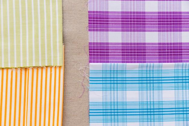 Listras coloridas e tecido de linha padrão em pano de saco simples