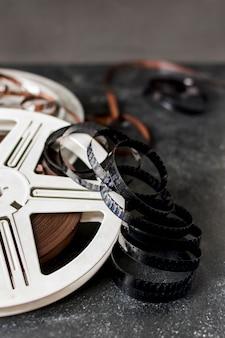 Listras de filme com bobina de filme em pano de fundo escuro