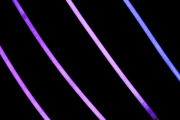 Listras de néon roxo em fundo preto
