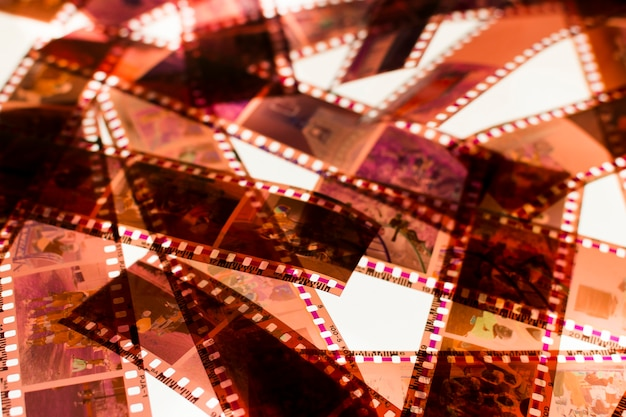 Listras de película 35mm de cor negativa em uma caixa de luz